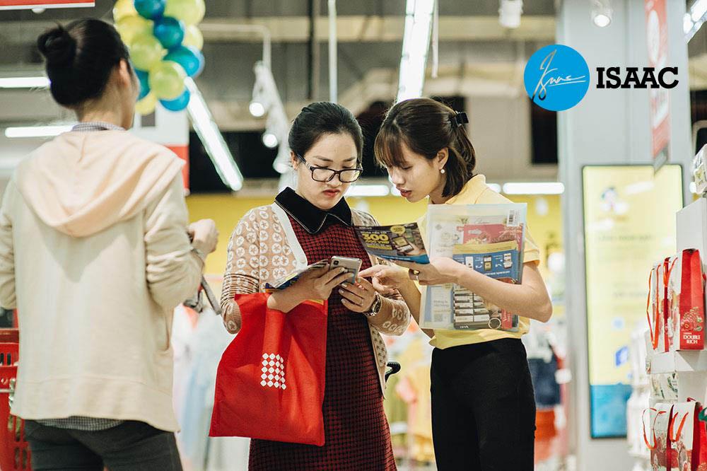 Khách hàng mua sắm trải nghiệm sản phẩm